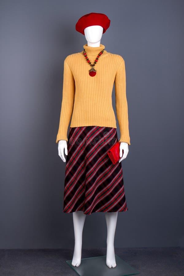 Красный берет, желтый свитер и юбка стоковое фото rf