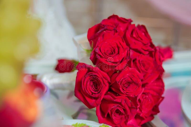 Красный букет свадьбы цветков Букет свадьбы с жемчугами и бюрократизмами Букет свадьбы сделанный красных роз и flowe гвоздики стоковое фото rf