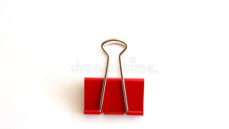 Красный бумажный зажим изолированный на белой предпосылке - изображении стоковое изображение rf
