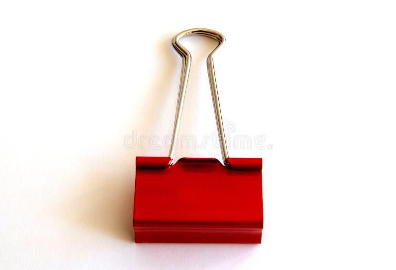 Красный бумажный зажим изолированный на белой предпосылке - изображении стоковая фотография rf
