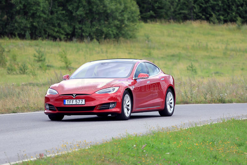 Красный взгляд модели s Tesla новый стоковые фотографии rf