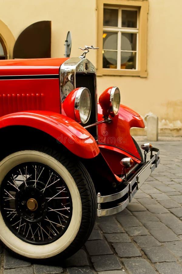 Красный винтажный автомобиль стоковое изображение rf