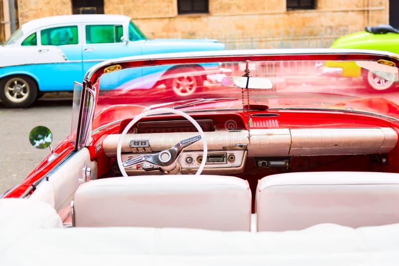 Красный винтажный классический интерьер американского автомобиля такси припаркованного на улице старой Гаваны, Кубы стоковые фото