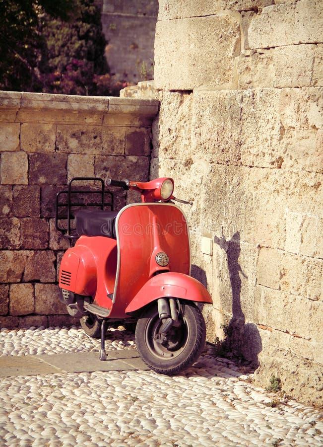 Красный винтажный самокат стоковые изображения rf