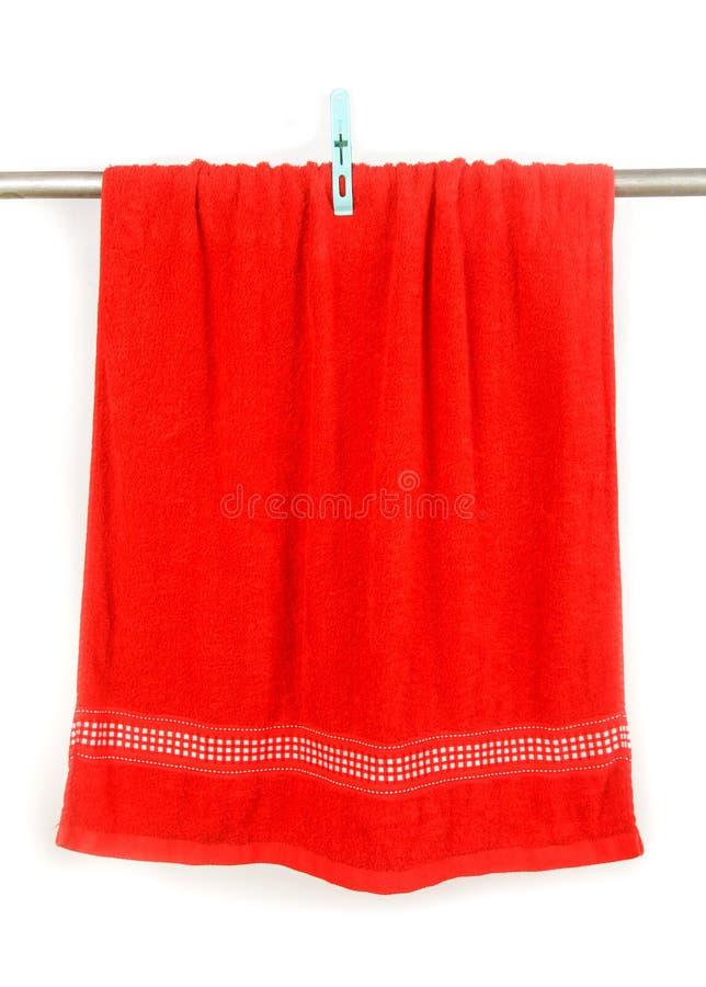 Красный вид полотенца на шкафе с зажимом стоковое фото rf