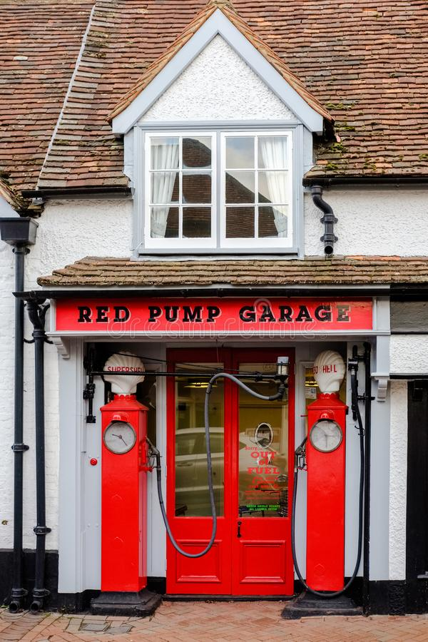 Красный гараж насоса, большее Missenden, Великобритания стоковая фотография