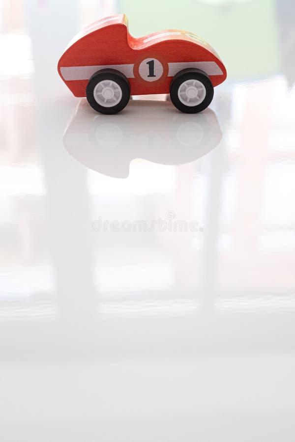 Красный гоночный автомобиль игрушки на белой поверхности стоковая фотография