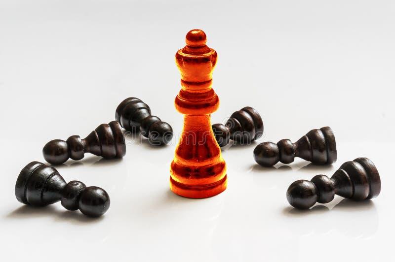 Красный горящий ферзь и много упаденных пешек - концепция шахмат стоковая фотография rf