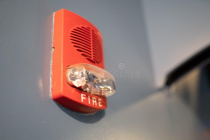 Красный датчик дыма пожарной сигнализации стоковые фото