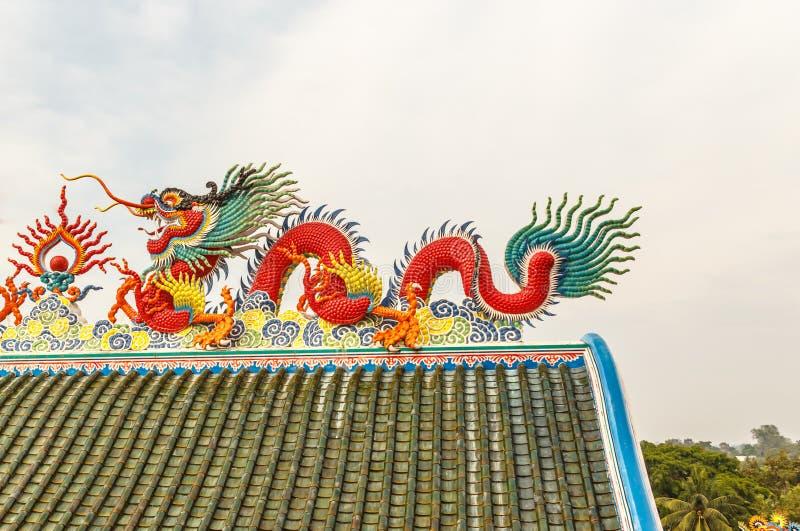 Красный дракон на китайской крыше виска стоковая фотография