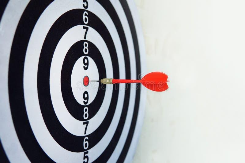 Красный дротик на цели цели удара правильного направления Игра конкуренции для того чтобы выиграть фокус на достижении с умным ду стоковое фото