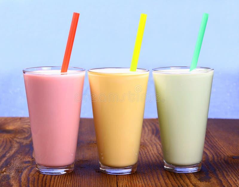 Красный, желтый и зеленый безалкогольный напиток, молочный коктейль стоковое изображение