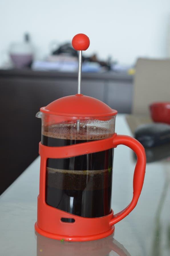 Красный заваривать кофеварки прессы француза стоковое фото rf