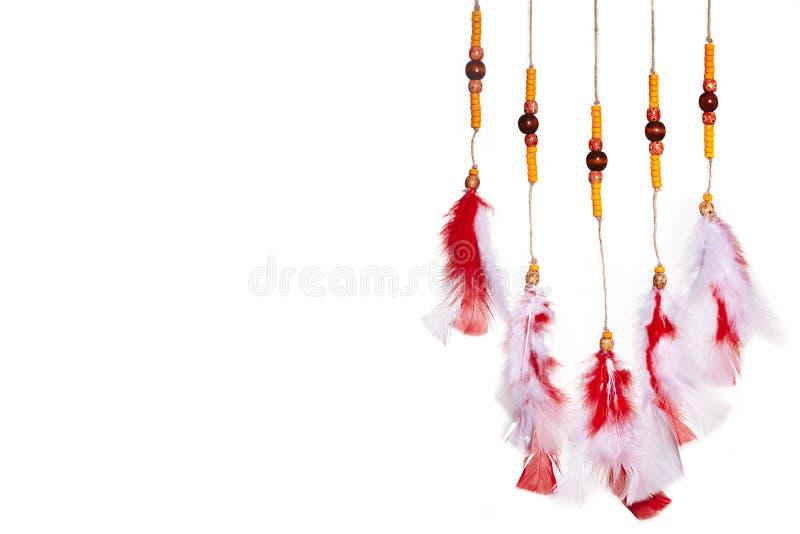 Красный занавес пер Коренной американец мечты уловителя на белизне Стиль hippie Boho Этнический символ для хороших мечт и остатко стоковое фото
