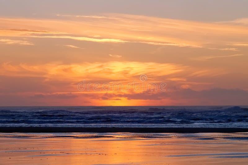 Красный заход солнца на Лонг-Бич с никто стоковые фото