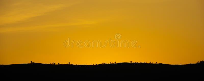 Красный заход солнца неба на moutains стоковая фотография