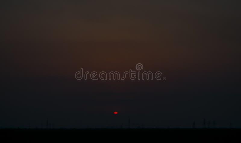 Красный заход солнца обозревая линии передачи электроэнергии стоковые изображения