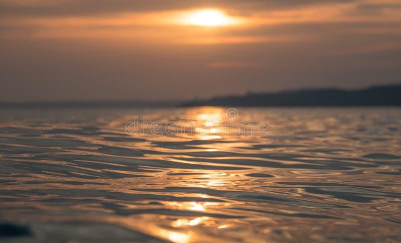 Красный заход солнца отразил на море Сицилии стоковое изображение rf