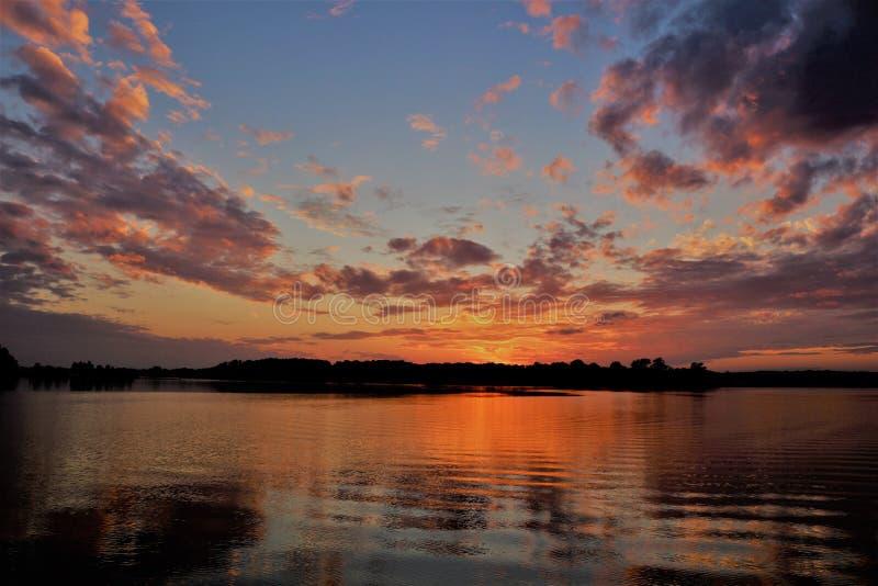 Красный заход солнца поставленный на якорь на чесапикском заливе стоковое изображение rf