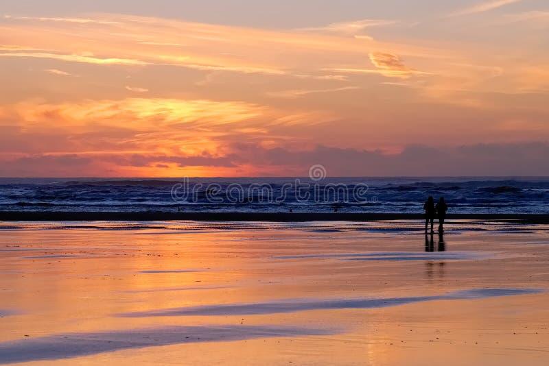 Красный заход солнца с парами на Лонг-Бич стоковая фотография rf