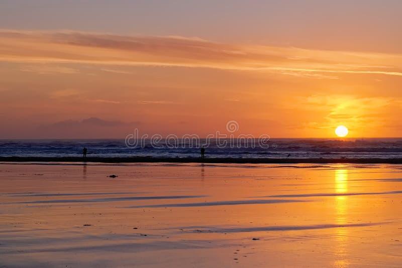 Красный заход солнца с Sillohettes на Лонг-Бич стоковая фотография