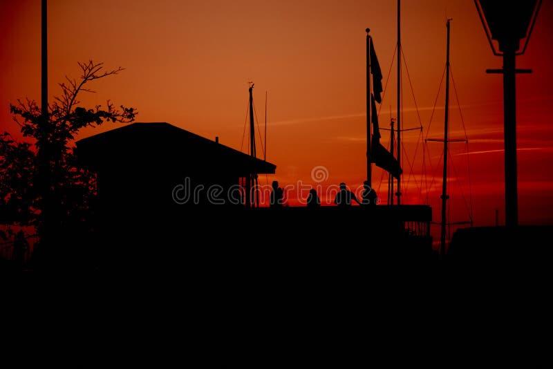 Красный заход солнца на порте стоковые изображения rf