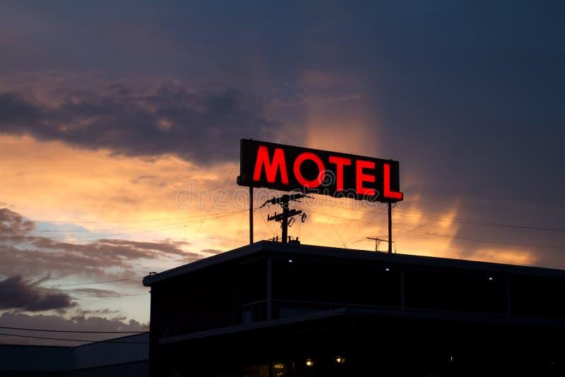 Красный знак мотеля с гениальным заходом солнца стоковое изображение rf