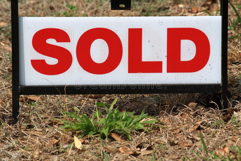 красный знак продал белизну стоковые фотографии rf