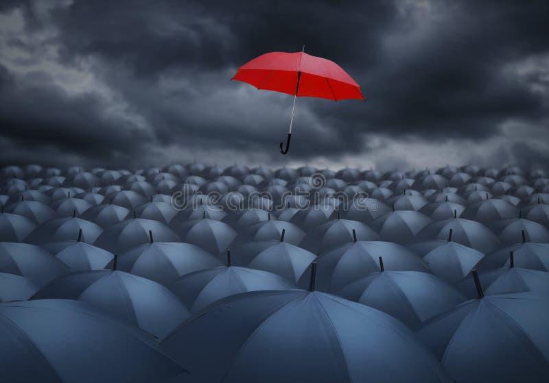 Красный зонтик выдающий от других стоковая фотография rf