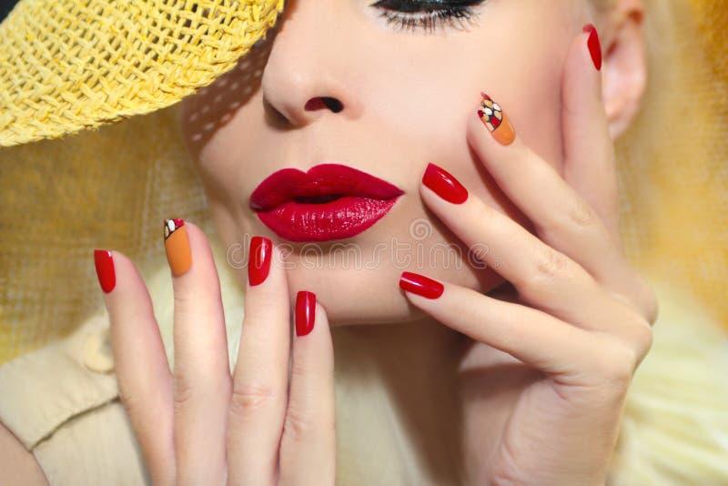Красный дизайн ногтя соломы стоковая фотография