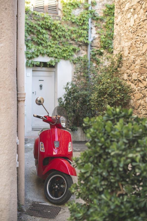 Красный итальянский мопед стоковое изображение rf