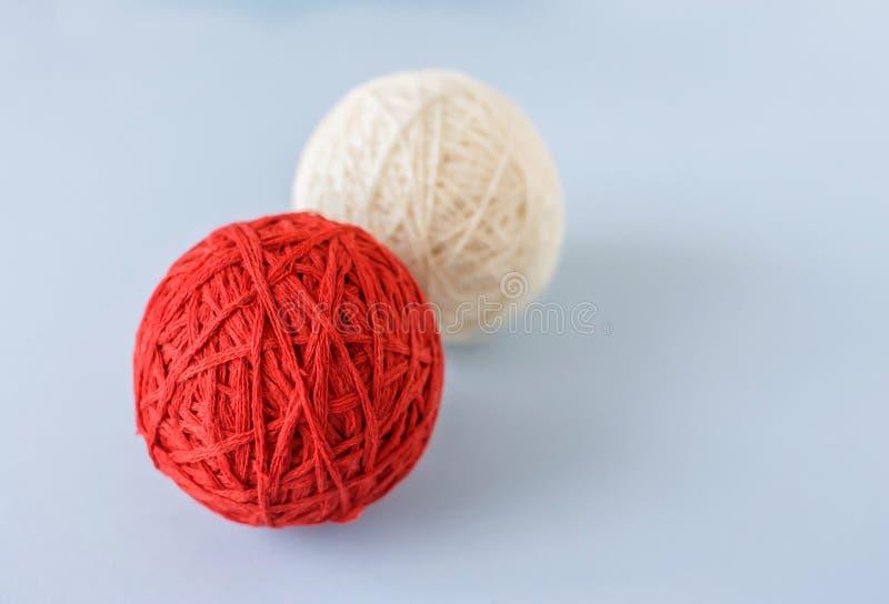 Красный и белый шарик шерстей для вязать стоковая фотография rf
