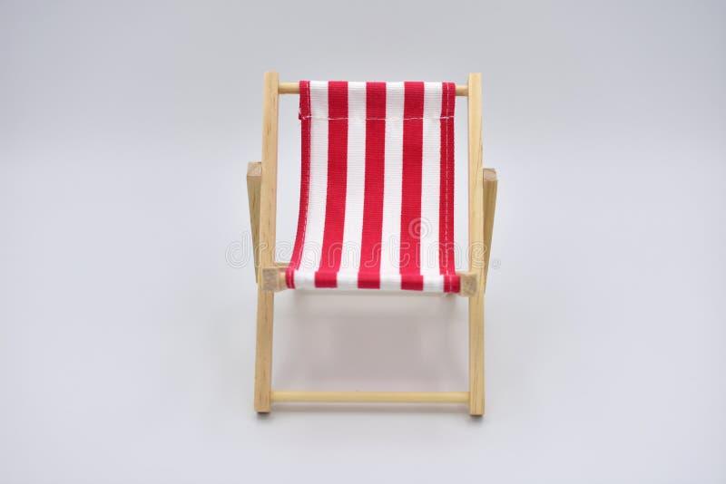 Красный и белый шезлонг изолированный на белой предпосылке стоковая фотография