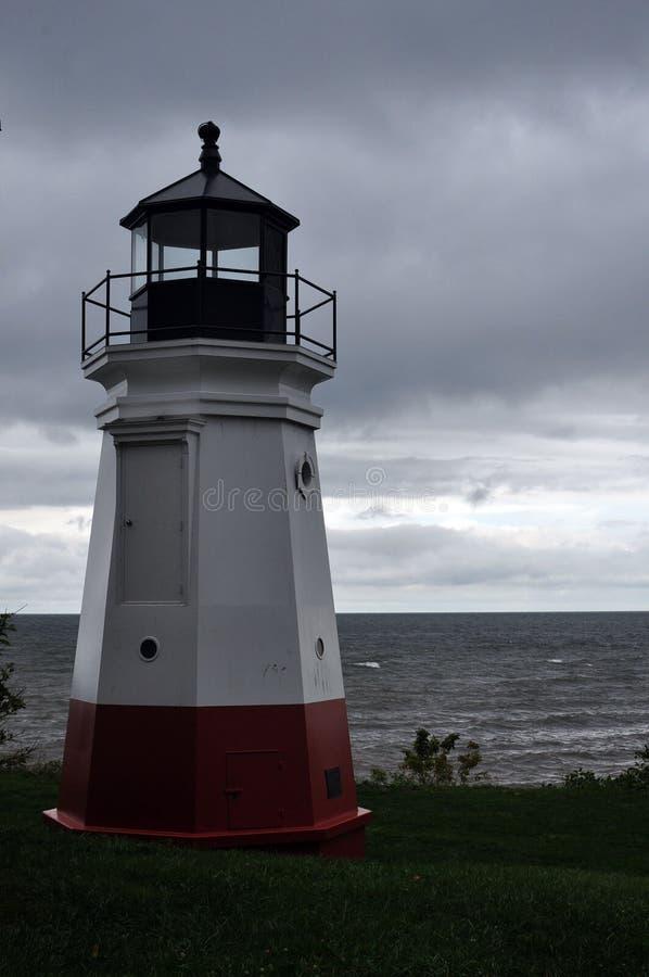 Красный и белый маяк на бурный день стоковая фотография