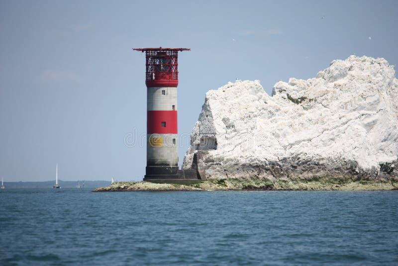Красный и белый striped маяк на иглах в solent стоковые изображения rf