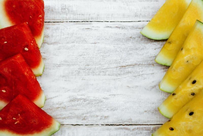 Красный и желтый арбузын на белом фоне стоковые фото