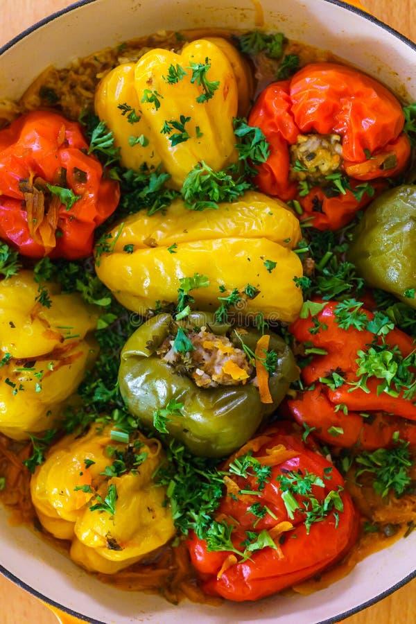 Красный и желтый колокольчик набитый паприками перцы с мясом с зелёными стоковая фотография