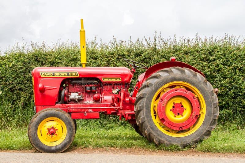 Красный и желтый винтажный трактор коричневого цвета Давида стоковая фотография