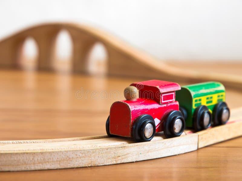 Красный и зеленый деревянный поезд игрушки стоковое изображение