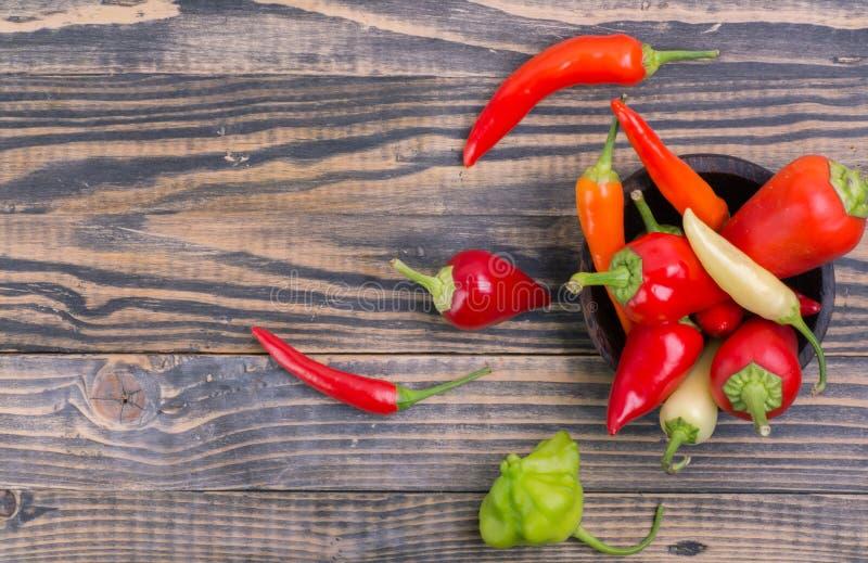 Красный и зеленый перец chili в шаре стоковое фото