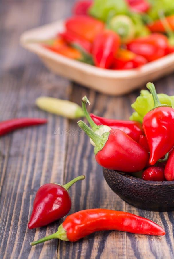 Красный и зеленый перец chili в шаре стоковые фото