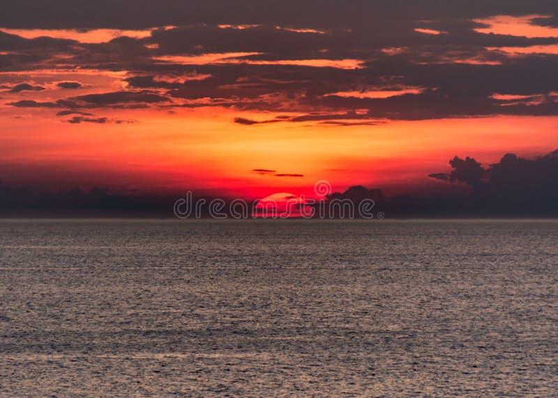 Красный и красивый заход солнца над Lake Erie стоковая фотография rf