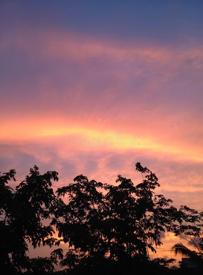 Красный и фиолетовый вечер захода солнца стоковое фото rf