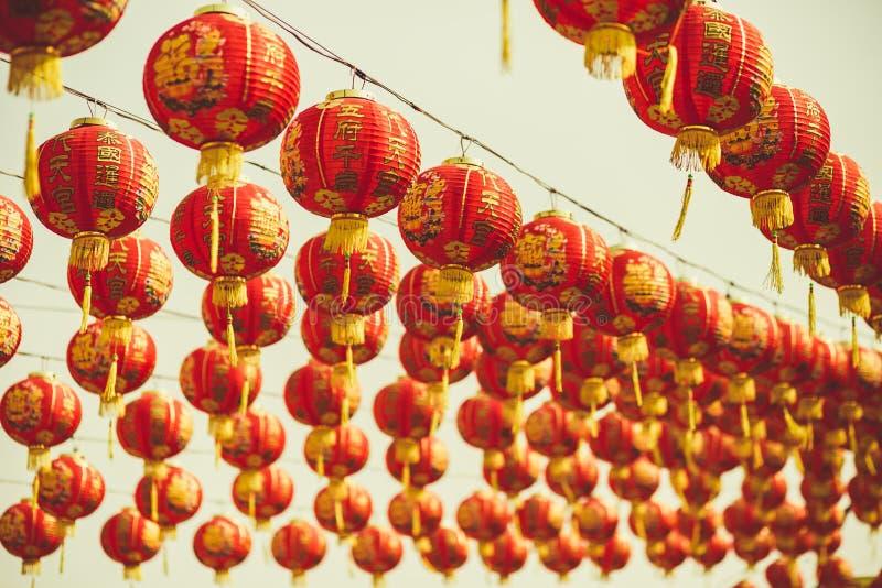 Красный китайский текст иероглифа lanternTranslation С Новым Годом! вися в ряд во время времени дня для китайского торжества Ново стоковая фотография