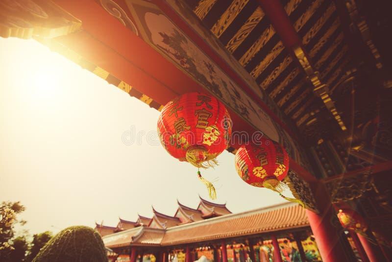 Красный китайский текст иероглифа lanternTranslation С Новым Годом! вися в ряд во время времени дня для китайского торжества Ново стоковые фото