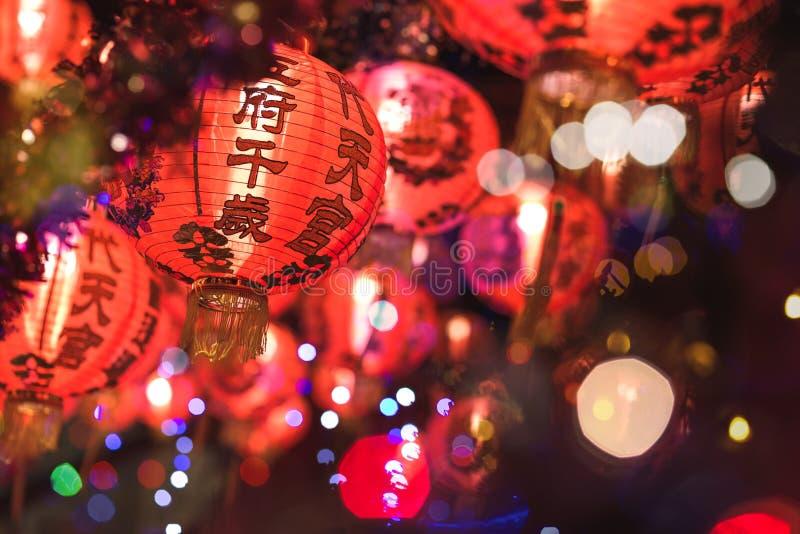 Красный китайский текст иероглифа lanternTranslation С Новым Годом! вися в ряд во время времени дня для китайского торжества Ново стоковые изображения