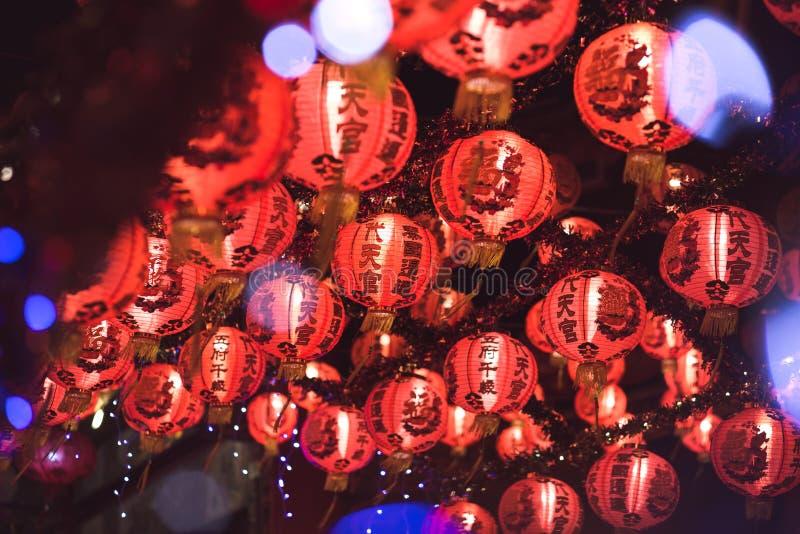 Красный китайский текст иероглифа lanternTranslation С Новым Годом! вися в ряд во время времени дня для китайского торжества Ново стоковое фото