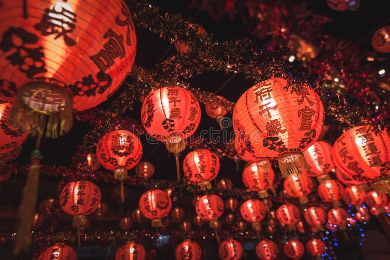 Красный китайский текст иероглифа lanternTranslation С Новым Годом! вися в ряд во время времени дня для китайского торжества Ново стоковая фотография rf