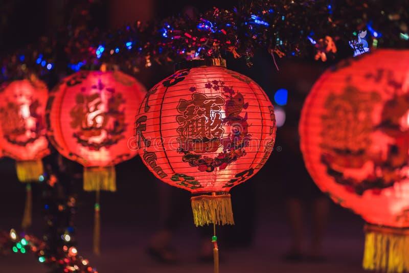 Красный китайский текст иероглифа lanternTranslation С Новым Годом! вися в ряд во время времени дня для китайского торжества Ново стоковое фото rf