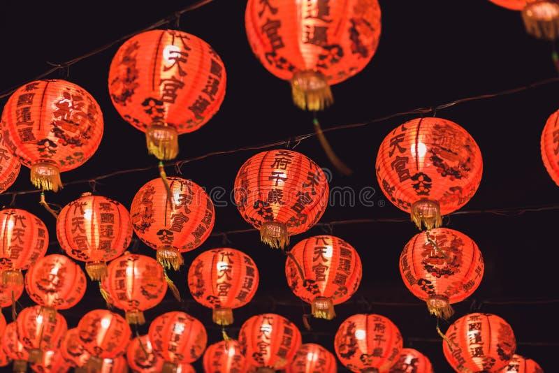 Красный китайский текст иероглифа lanternTranslation С Новым Годом! вися в ряд во время времени дня для китайского торжества Ново стоковое изображение rf